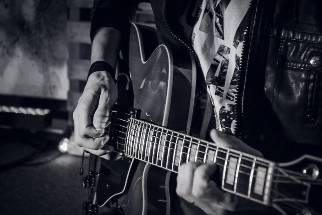 A palhetada alternada é uma ótima forma para desenvolver a técnica na guitarra