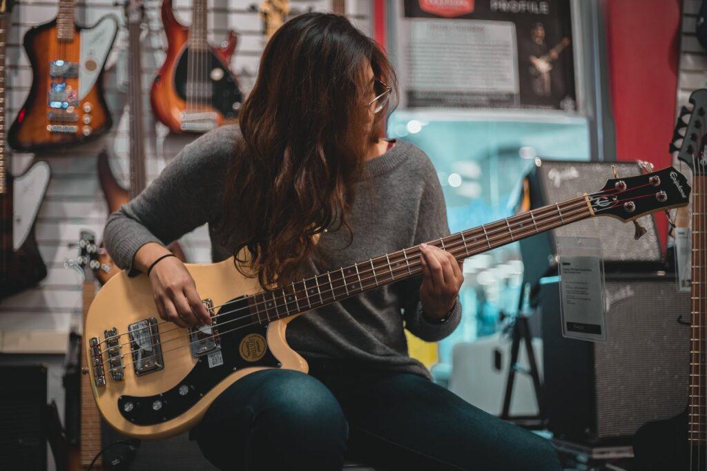 Mulher tocando baixo é uma tendência entre as musicistas