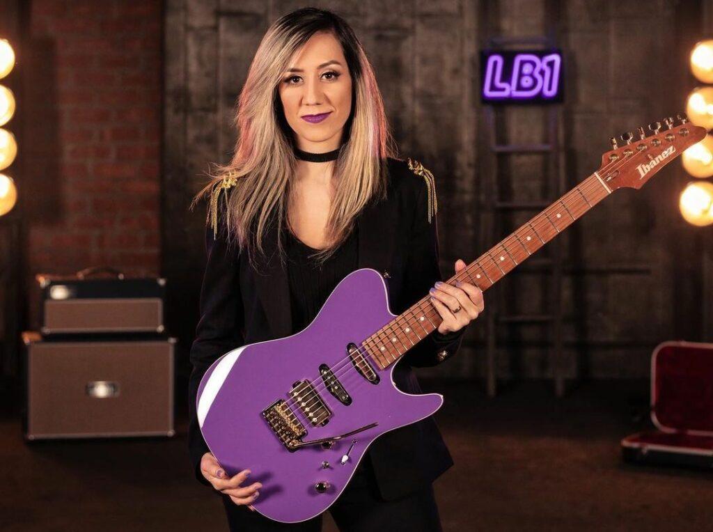 Lari Basílio está entre as principais guitarristas mulheres do Brasil