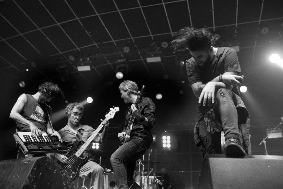 Músicas da banda Oficina G3 sendo executadas pela banda ao vivo