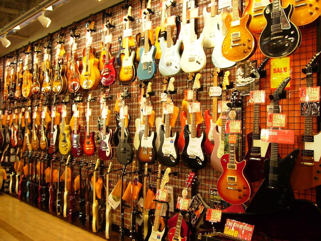 Tienda de instrumentos exhibe los más variados tipos de guitarra elétrica