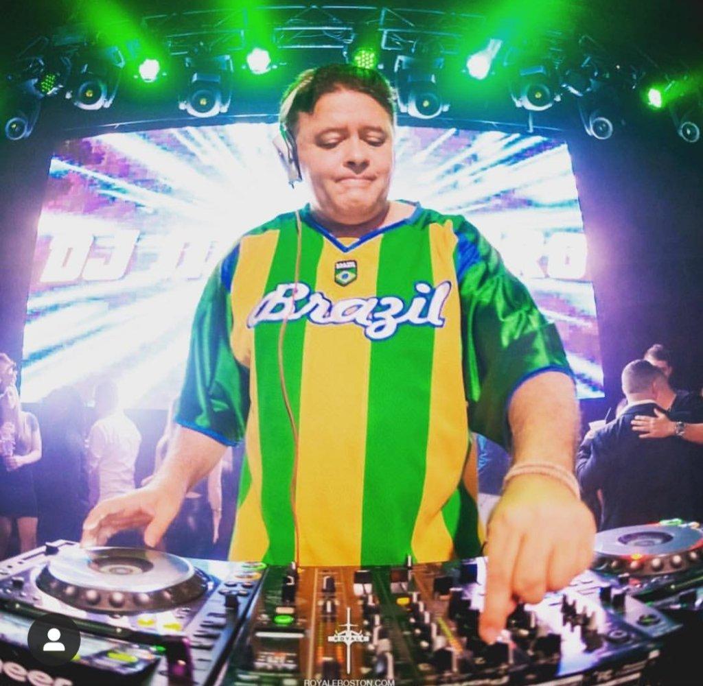 DJ Marlboro com suas pickups ajudou a moldar o funk na música brasileira