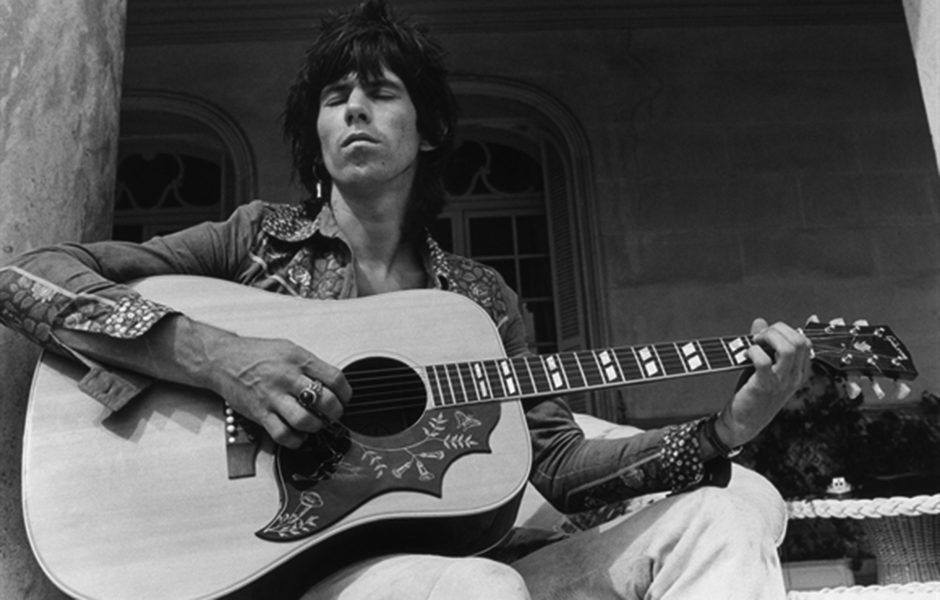 Keith Richards tocando la legendaria guitarra Hummingbird de Gibson