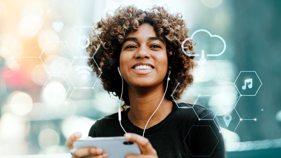 Mulher negra ouve podcast no smartphone