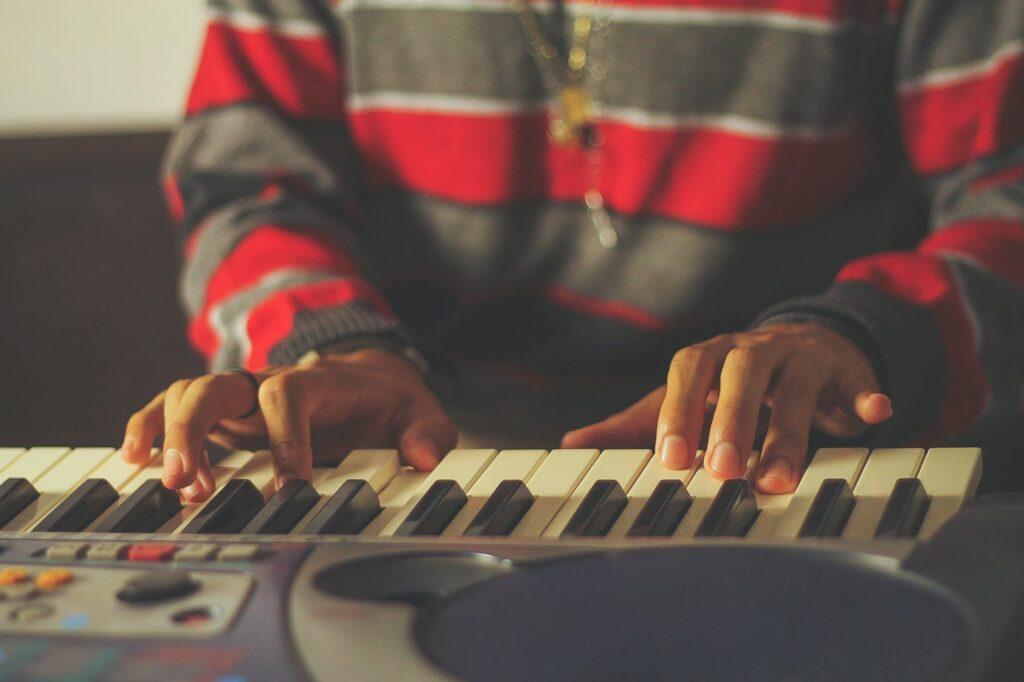 Músico tocando teclado para iniciantes