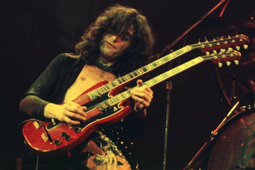 Jimmy Page, com sua guitarra de dois braços, durante performance arrebatadora do Led Zeppelin
