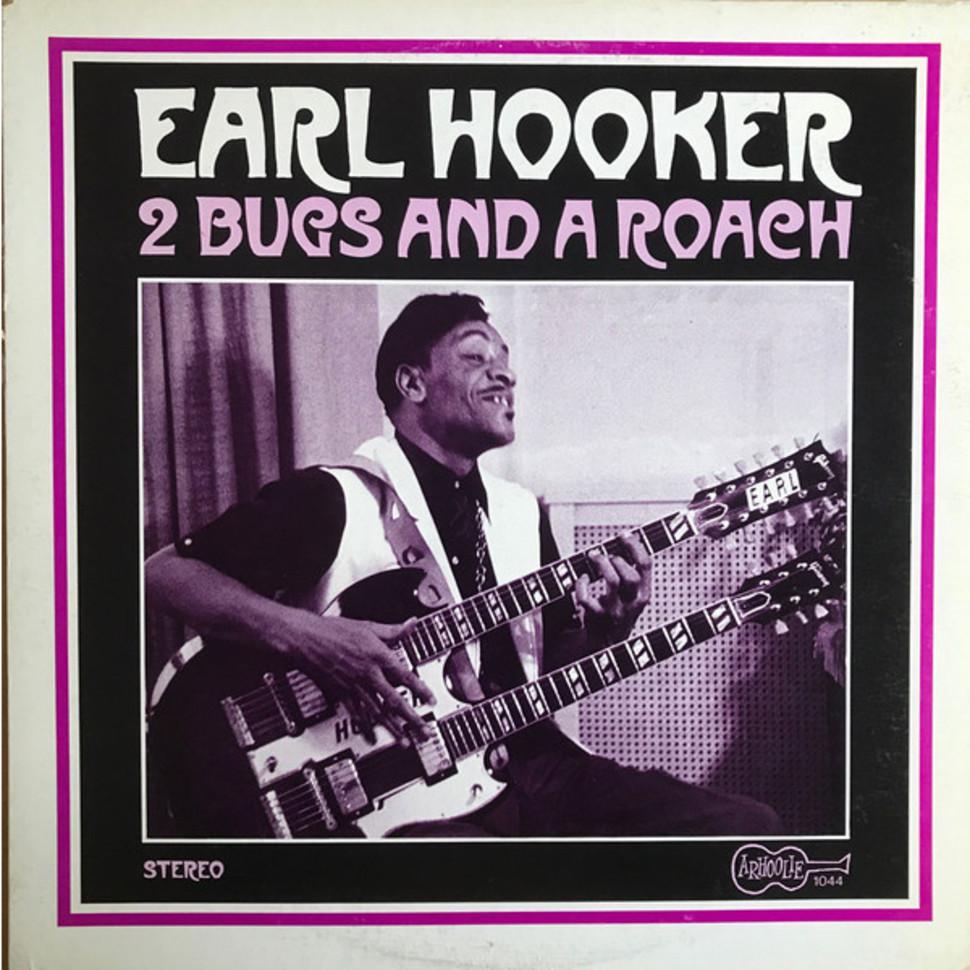 Earl Hooker com uma guitarra de dois braços, na capa do disco 2 Bugs and Roach