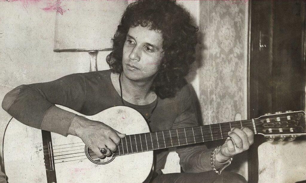 Roberto Carlos tocando violão, em algum momento da década de 70