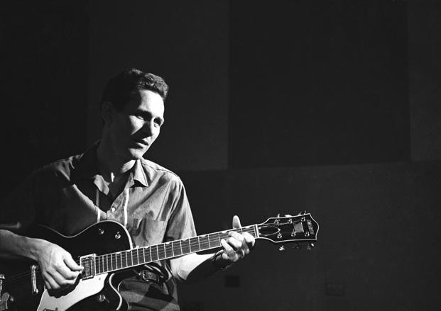 Chester Atkins mostrando como tocar fingerstyle na guitarra