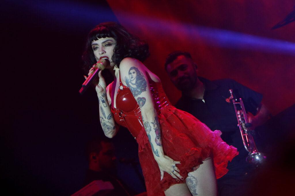 Mon Laferte, estrela da música latina, durante show no México(Foto de Tania/ Secretaria de cultura da cidade do México)