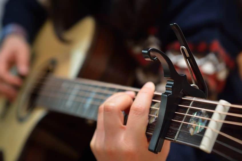 Violão com capotraste, um dos acessórios para violão que todo músico precisa ter