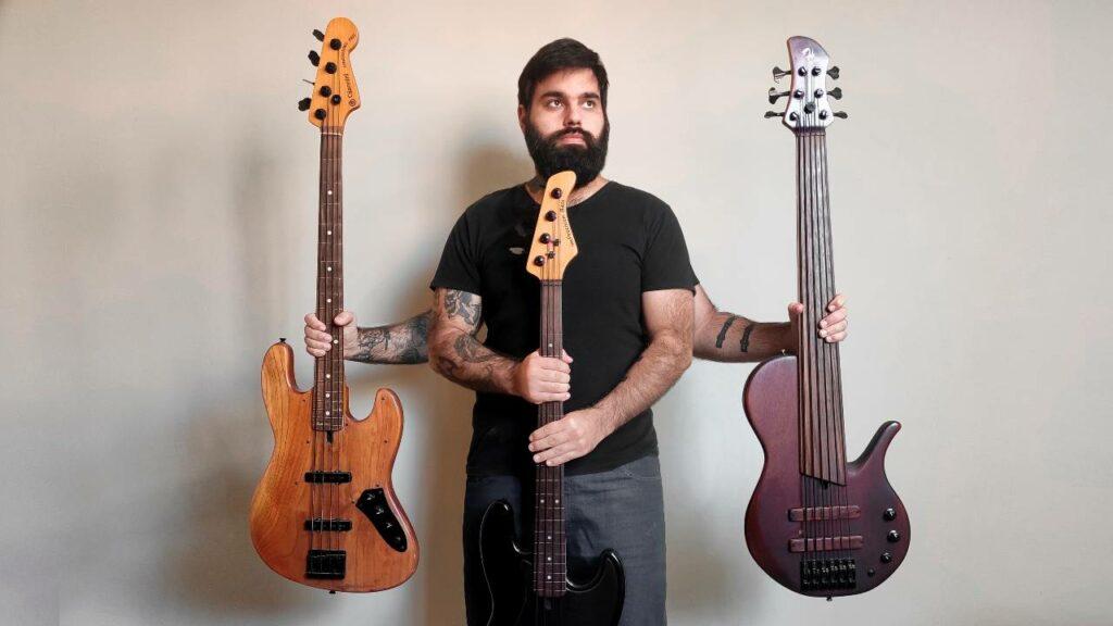 Samuel Chacon segurando baixos; músico é instrutor de baixo do Cifra Club
