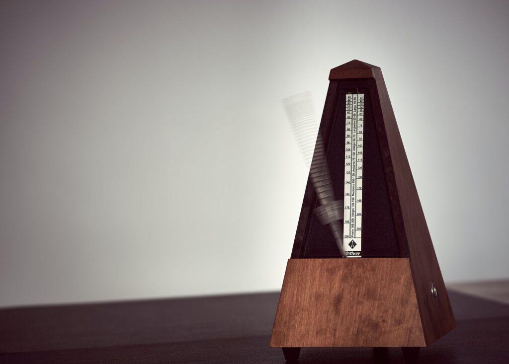 Metrônomo analógico está entre os acessórios para músicos mais importantes