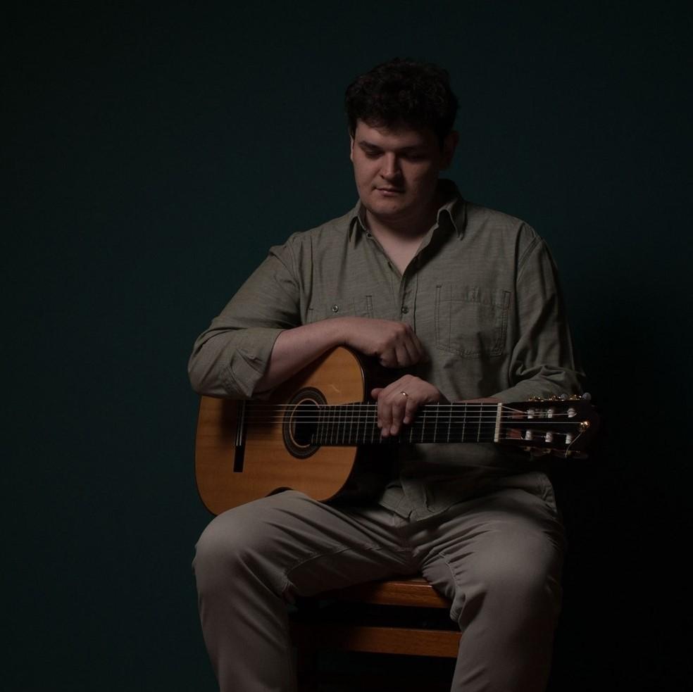 Lucas Telles e o violão, instrumento de cabeceira