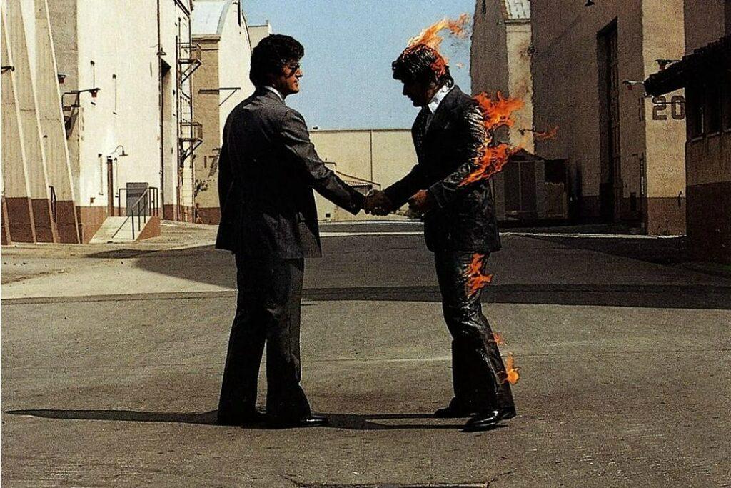 Capa do disco Wish You Were Here, do Pink Floyd, presença constante e qualquer lista de músicas dos anos 70