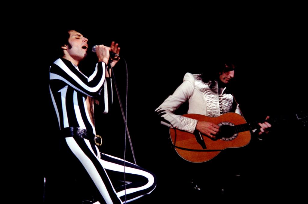 Freedie Mercury e Brian May tocando Love Of My Life, uma música essencial em qualquer lista de músicas dos anos 70
