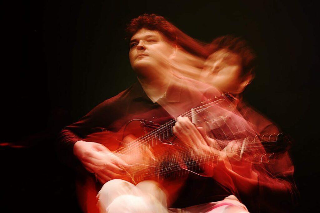 Lucas Telles, instrutor de teoria musical do Cifra Club, tocando violão
