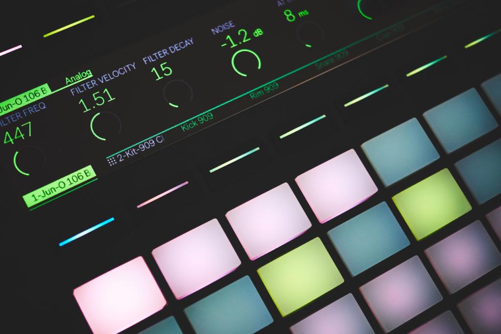 Close em um controlador MIDI, um dos principais equipamentos de home studio