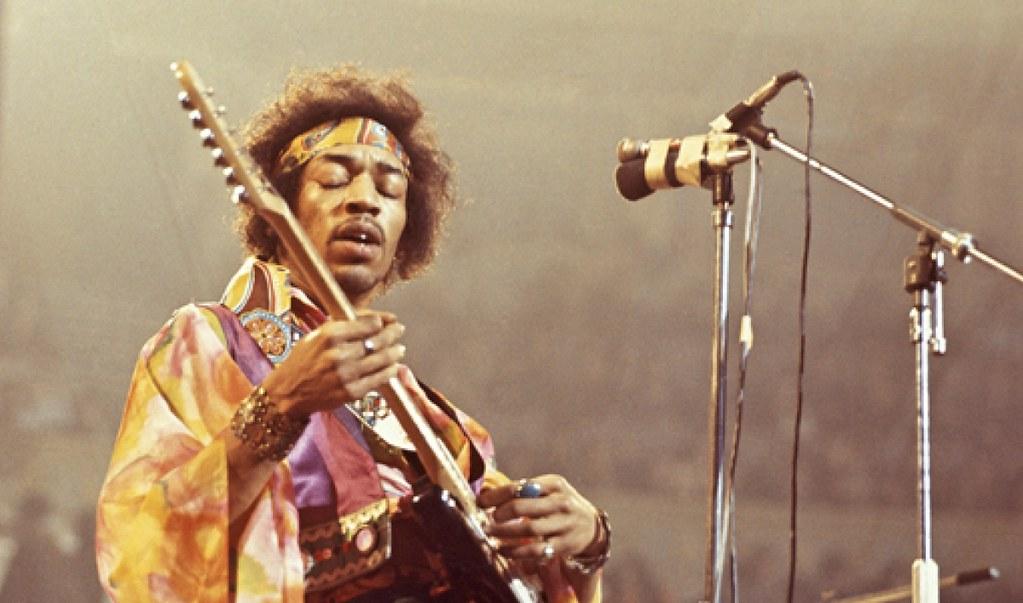 Jimmy Hendrix tocando ao vivo e fazendo improvisação musical