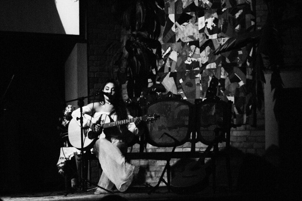 Helena Badari está entre os cantores desconhecidos que cantam muito