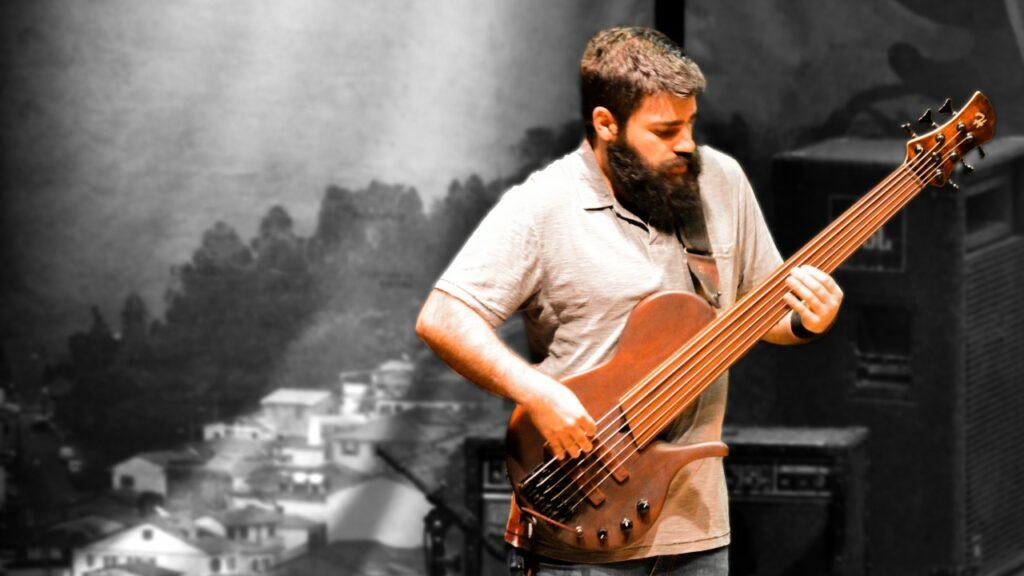 Samuel Chacon, isntrutor de baixo do Cifra CLub, tocando com um fretless
