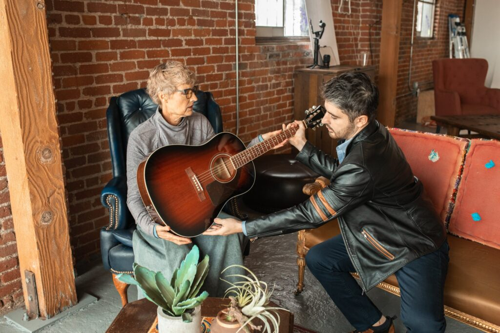 Rapaz pega violão e prepara músicas pra tocar no Dia das Mães