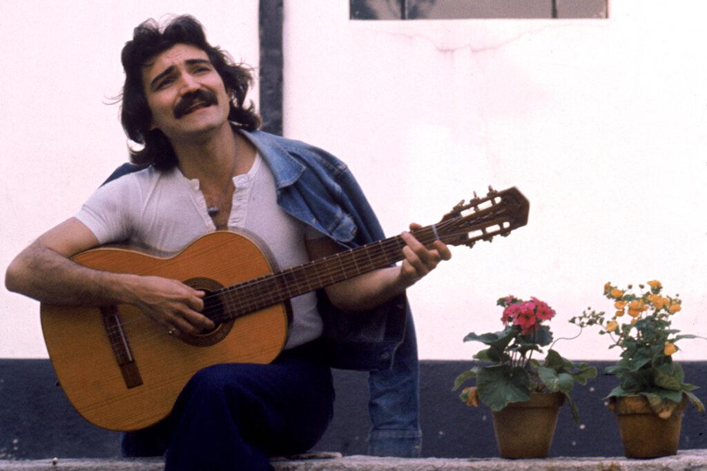 Belchior, cantor e compositor, tocando violão