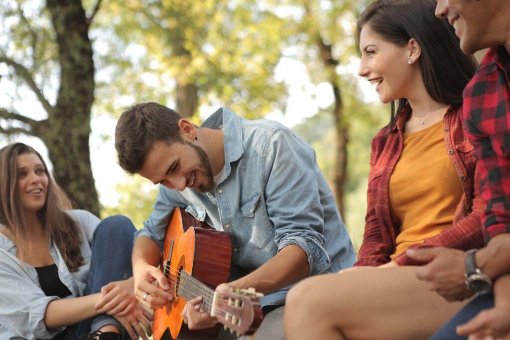 Grupo de amigos tocam músicas sobre amizade