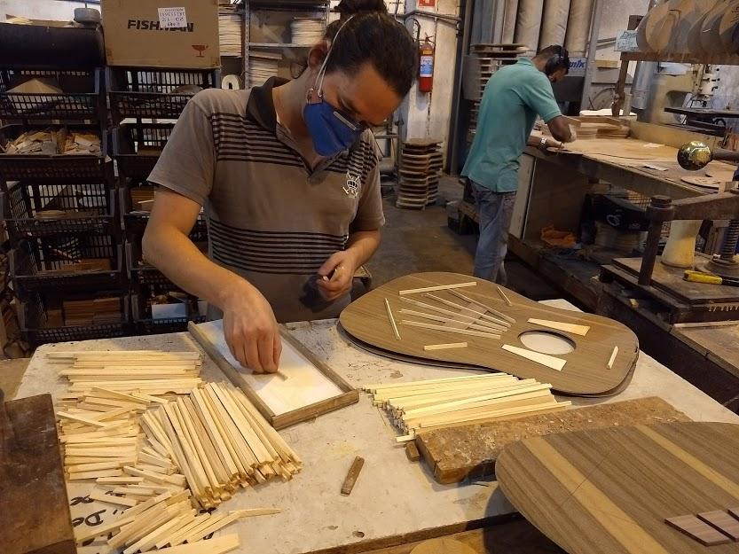 Luthier trabalha na construção de uma viola caipira na fábrixa da Rozini