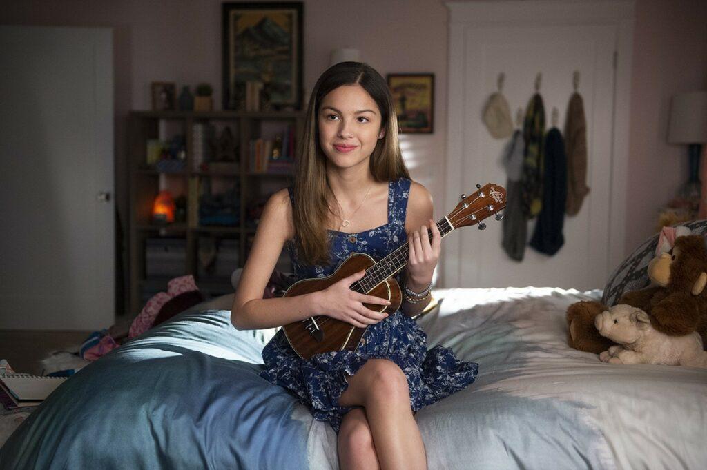 Olivia Rodrigo tocando ukulele