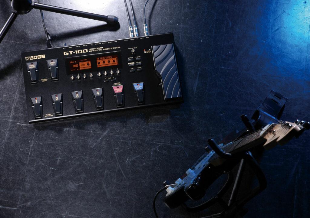 Guitarra Stratocaster e pedaleira GT-100 posicionadas no palco