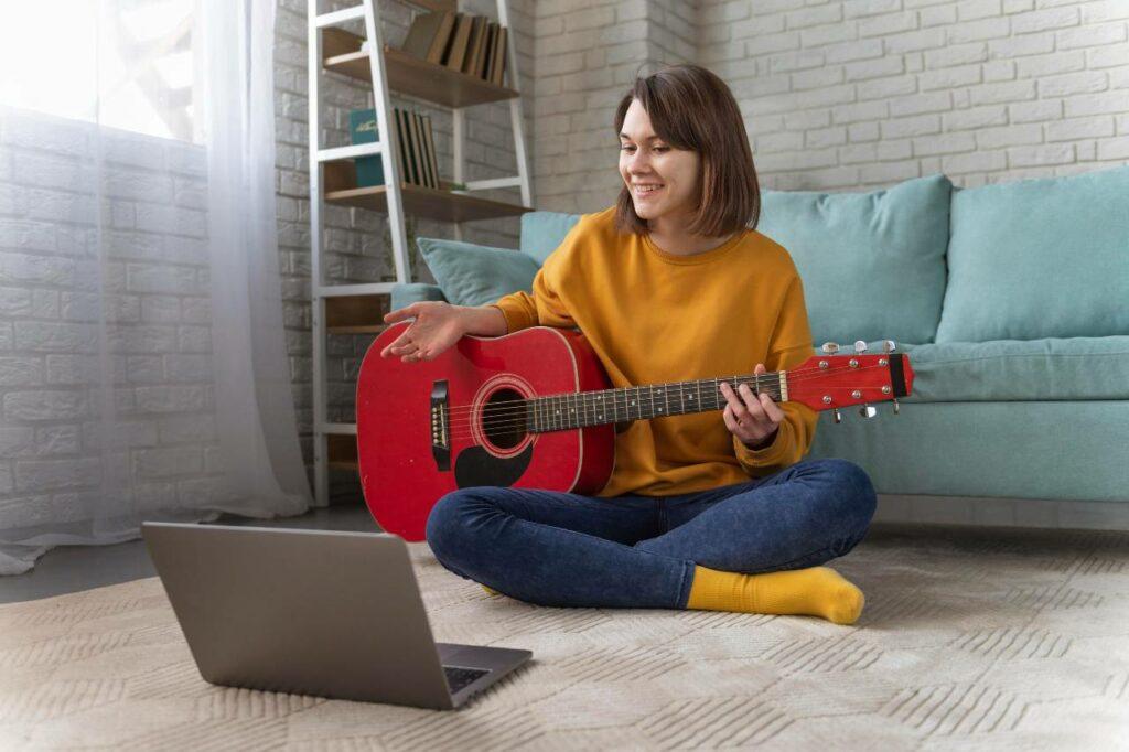 Mulher jovem buscando entender o tempo necessário para aprender a tocar violão