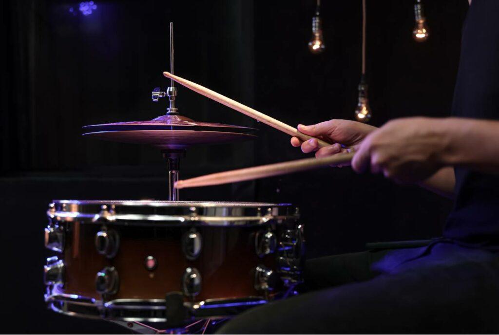 Caixa e chimbal posicionados de forma que mostra que o baterista soube como montar e posicionar o kit de bateria