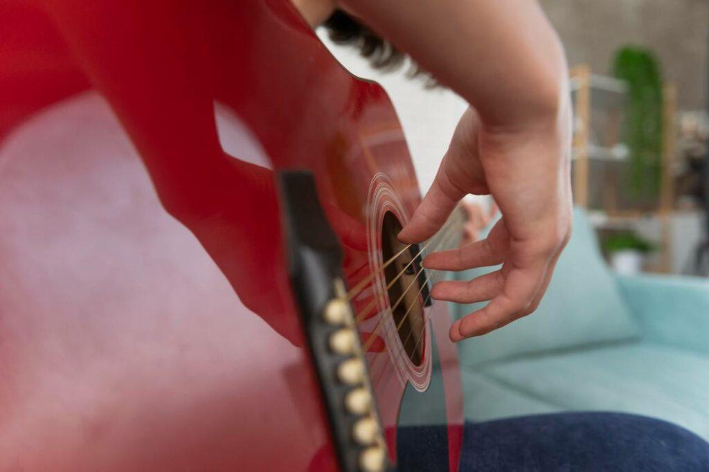 Músico tocando o PIMA, dedilhado para iniciantes no violão