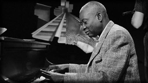 O pai da música gospel, Thomas A. Dorsey tocando piano
