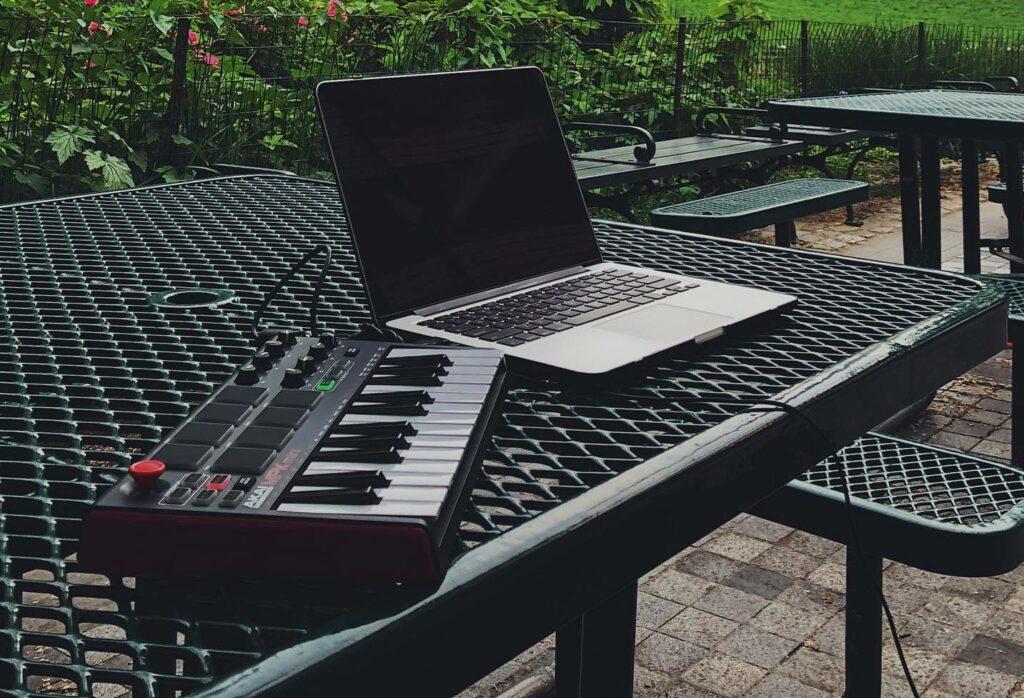 Teclado e notebook prontos para a tecnologia MIDI e instrumentos virtuais