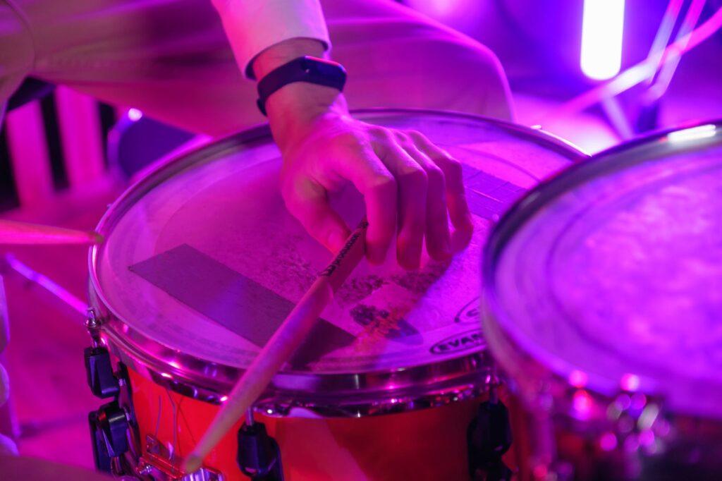 Caixa posicionada corretamente é sinal que o músico sabe como montar e posicionar o kit de bateria