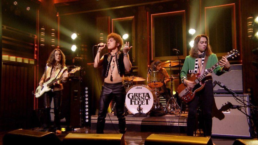 Greta Van Fleet tocando ao vivo; banda representa o rock internacional atual