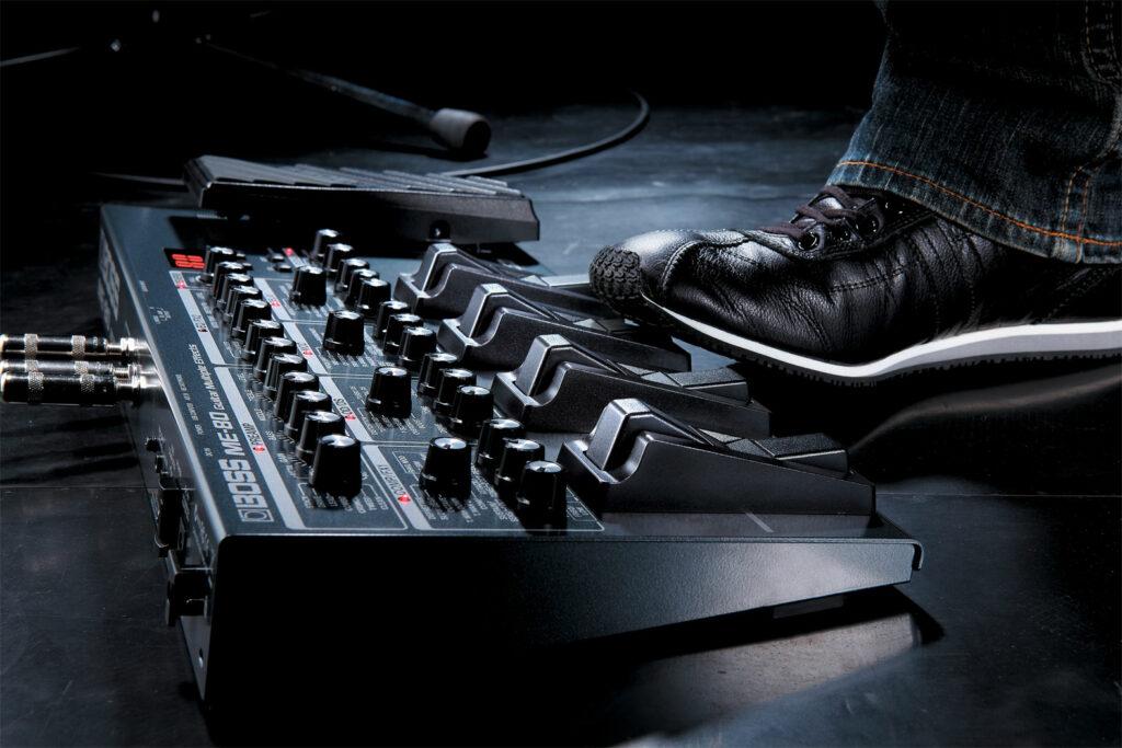 Guitarrosta toca com equipamento da Boss, fabricante das melhores pedaleiras de guitarra