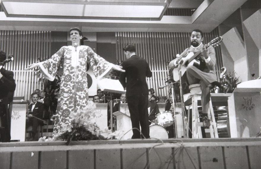 Nana Caymmi  e Gilberto Gil, durante participação no Festival da Canção, personagens importantes da história da MPB