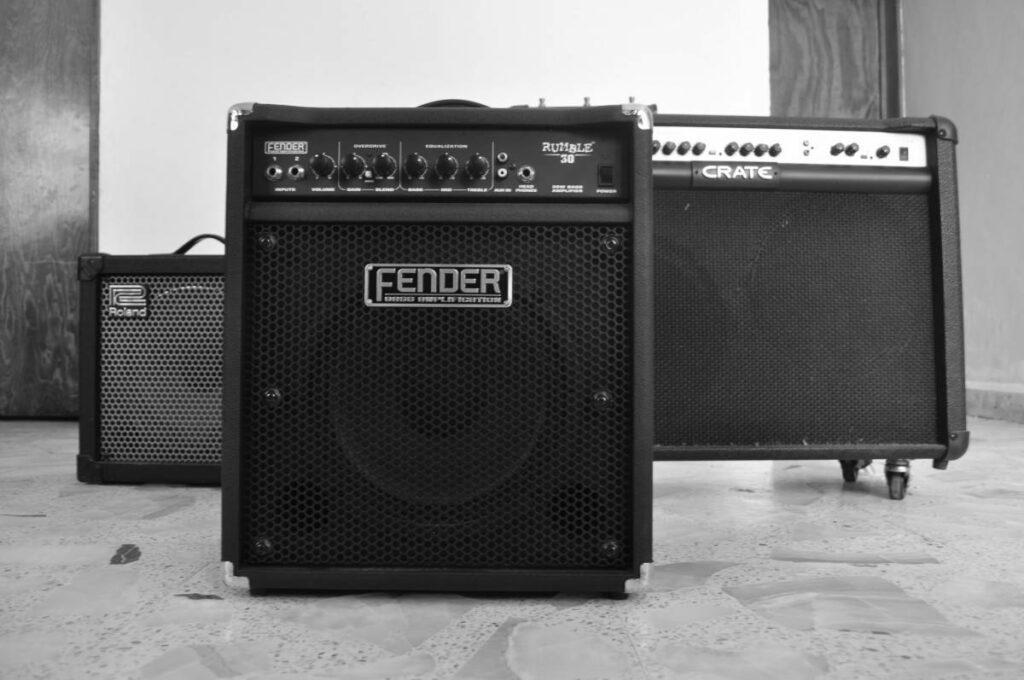 Amplificadores das marcas Roland, Fender e Crate