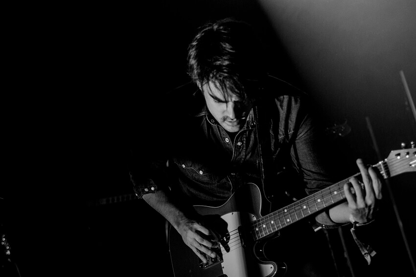 Guitarrista tocando acorde power chord