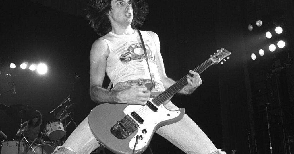 Guitarrista da banda Ramones, durante apresentação ao vivo