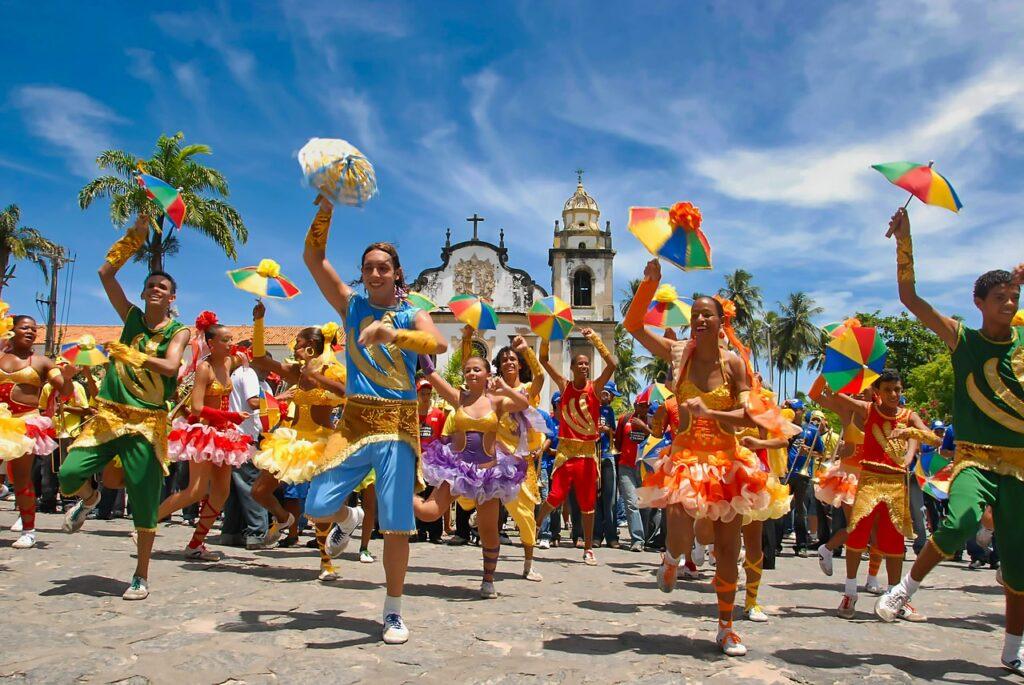 Passistas de frevo dançando nas ruas de Pernambuco