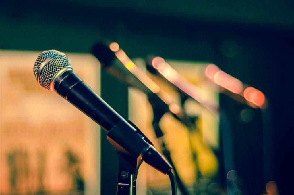 O microfone dinâmico é um dos equipamentos para voz e violão