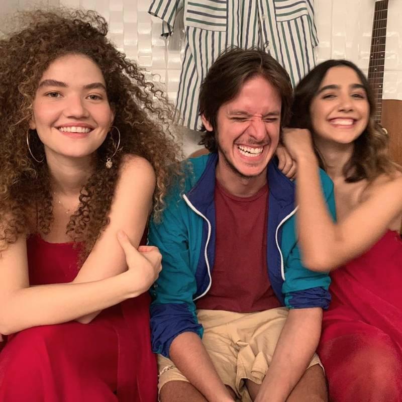 Anavitória e Rubel, durante o clipe da música Partilhar