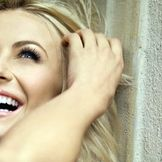 Imagem do artista Julianne Hough