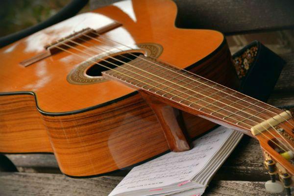Guitarra acústica, primera guitarra