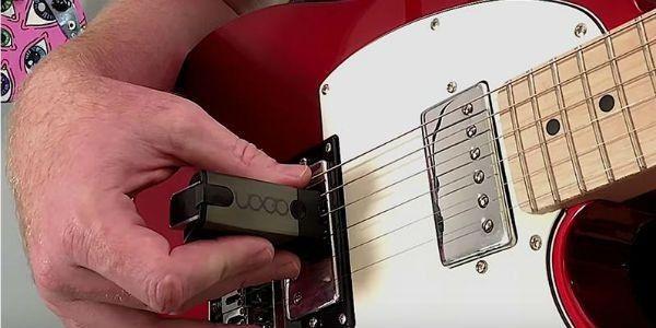 guitarrista usando un ebow