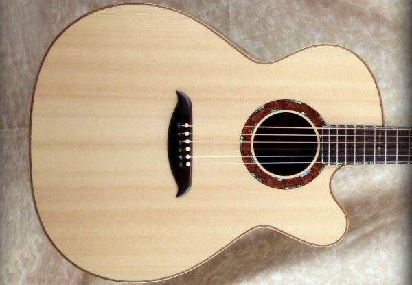 guitarra hecha con madera sirver spruce